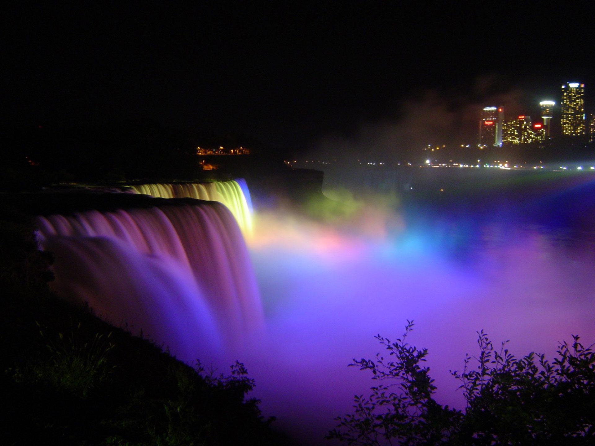 Niagara-Falls-under-floodlights-at-night