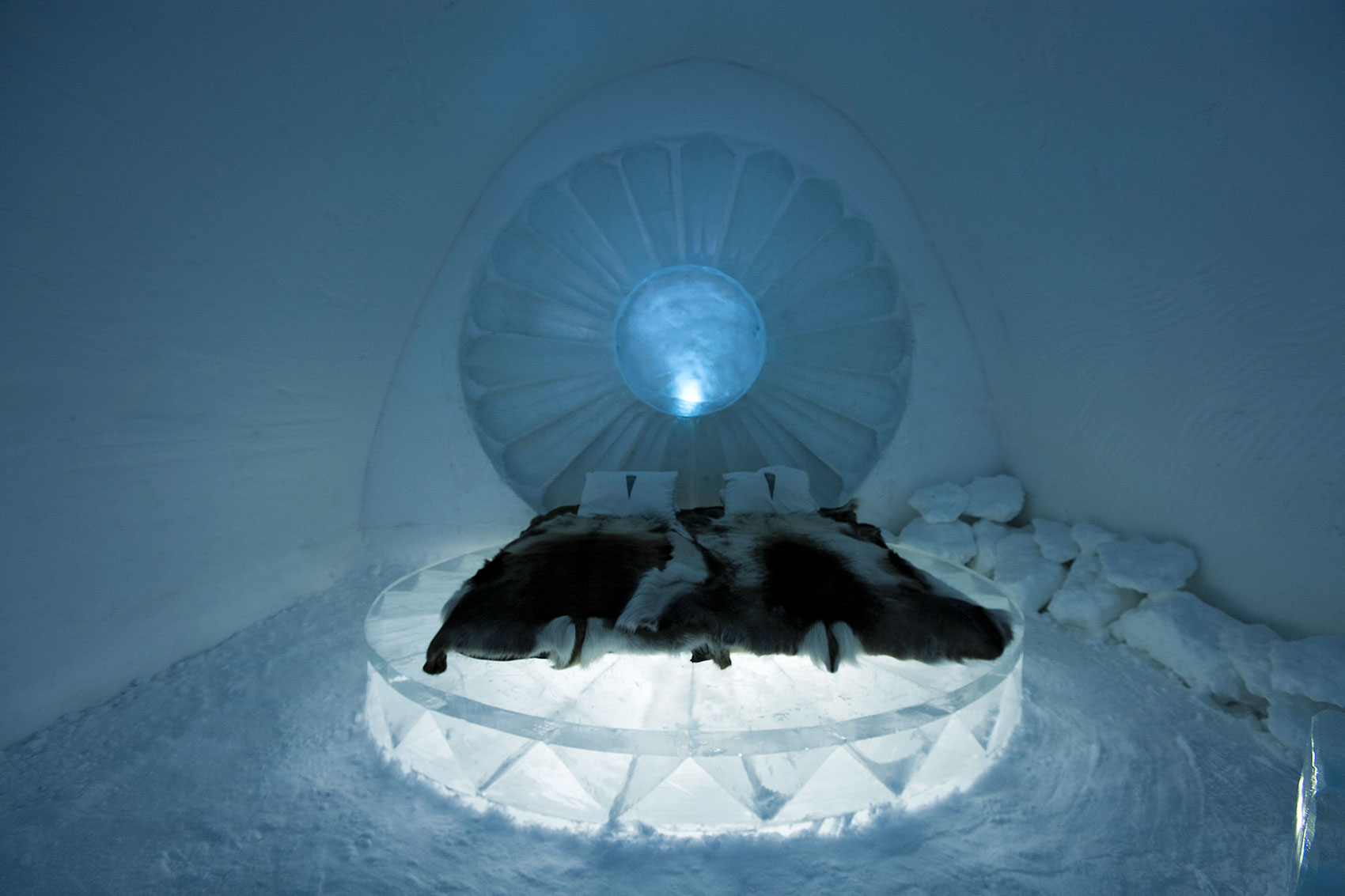 8x57z_Inside-The-Icehotel